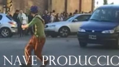 El mimo de Recoleta que se mete entre la gente y los coches