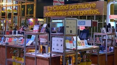 Elena Santa Cruz y Esteban Levin en la Feria del Libro
