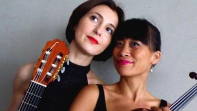 Mirta Álvarez (Guitarra y voz) y Mayumi Urgino (Violín) en la Esquina Homero Manzi