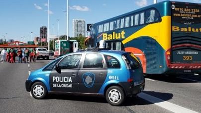 La Policía de la Ciudad detuvo a un micro con extranjeros proveniente de Jujuy sobre la avenida General Paz