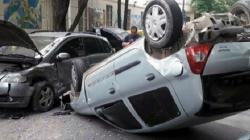 Un autó chocó y volcó