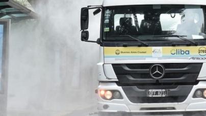 Cliba lava y desinfecta diariamente las calles en Buenos Aires