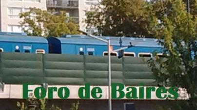 "Un tren azul llamado ""San Martín"" en paralelo a las Ex Bodegas Giol"
