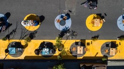 Ya empezaron a funcionar las áreas peatonales transitorias para consumir en los bares